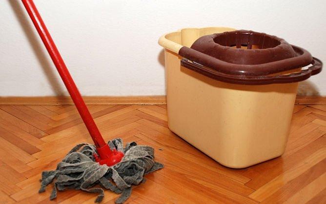 Limpeza de tacos de madeira