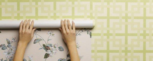 Resultado de imagem para pessoa colocando papel de parede