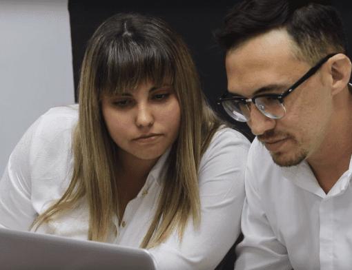 Dias pessoas, um homem e uma mulher, sentados em frente a um laptop